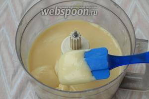 В миксере взбить сливочное масло комнатной температуры и постепенно добавить к нему готовый крем. Масса должна получиться однородная.
