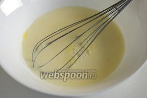 В глубокой миске взбейте яйца с солью и сахаром, влейте молоко, воду и растительное масло. Перемешайте.