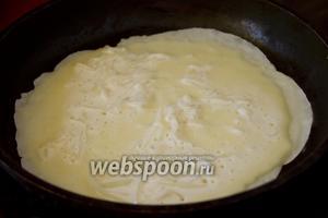 Жарьте блинчики с обеих сторон. При добавлении теста на сковородку, разравнивайте немного кусочки капусты, чтобы они равномернее распределялись по площади блинчика.