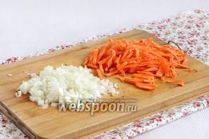 Лук и морковь  мелко нарезать.