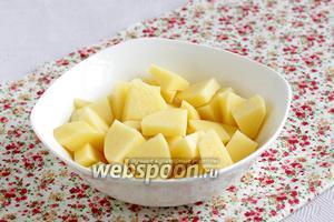 Подготовить картофель. Можно взять его меньшее количество, если подразумевается более жидкий суп.