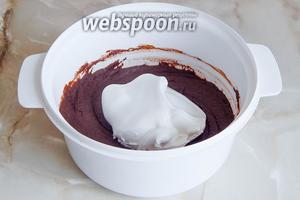 Постепенно вводим в тесто взбитые белки, вмешивая их лопаткой или ложкой.
