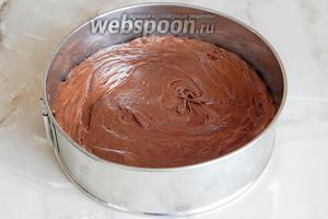 Перекладываем наше тесто в форму для выпечки (у меня диаметром 21 сантиметр) и ставим выпекаться в горячую духовку при 170°С 35-40 минут.