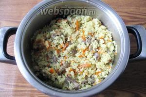 Когда блюдо будет готово, перемешиваем рис с морковью, луком и желудками. Подаём на обед или ужин с овощами и соленьями.