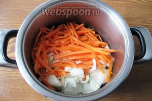 Когда желудки станут мягкими, кладём в кастрюлю нарезанный лук и морковь. Наливаем подсолнечное масло. Накрываем крышкой и тушим 10-15 минут, периодически перемешивая.