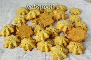 Готовое печенье выкладываем на кухонное полотенце до полного остывания. Хранить печенье желательно в полиэтиленовом пакете. Приятного чаепития.