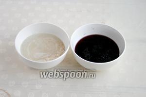 Чёрный рис высыпать в чашу, залить холодной водой. Также поступить и с белым рисом. Обе чаши поставить в холодильник на ночь. За это время рис станет мягче.
