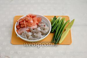 Креветки очистить, также подготовить рыбу и зелёный лук.