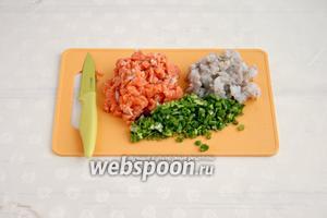 Порезать мелко рыбу, креветки и лук.