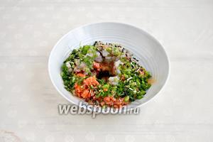 Выложить порубленные продукты в миску, добавить куриный белок, соевый соус и специи. Перемешать. Это фарш.