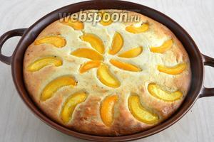 Отправьте в разогретую до 200°С духовку минут на 40-50. Готовый пирог остудите и уберите в холодильник, часа на 4 минимум. Затем можно подавать к столу, порезав на ломтики.