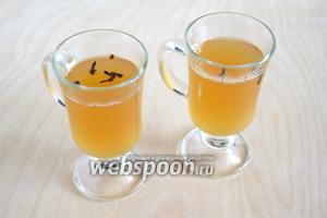 Влейте в бокалы к рому горячую фруктовую воду и подавайте! Можно добавить в каждый бокал по 2 бутона гвоздики.