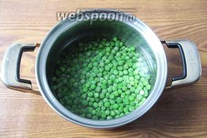 Мороженный зелёный горошек моем и варим до мягкости минут 7-10. Можно взять консервированный, но он не даст такого изумрудного цвета.
