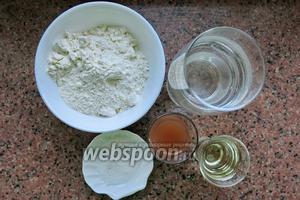 Малокомпонентное тесто: соль, вода, мука и уксус. В непостный вариант добавляем 1 яйцо на 1 кг муки.