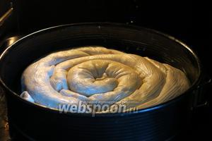 Ставим на 45 минут при 180-200°С. Если духовка хорошо пропекает верх, — закрываем пирог через 20 минут фольгой. Моя печёт аккуратно. Последние 5 минут выпечки — конвекция для корочки.