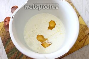 Взбейте кефир, соду, соль, сахар и яйца в миксере на небольшой скорости или венчиком.