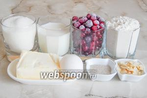 Продукты, которые нам понадобятся: мука пшеничная, молоко, яичные желтки, масло сливочное, сахарный песок, клюква, дрожжи, соль и миндальные лепестки (не обязательно).