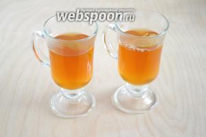 Добавьте горячий чайно-лимонный напиток и подавайте в горячем виде. Если напиток кажется слишком насыщенным,  можно разбавить кипятком. Приятной дегустации!