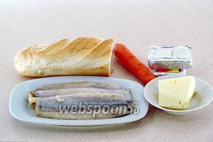 Для приготовления бутербродов нужно взять багет, плавленые сырки, филе солёной сельди без кожи и костей, морковь и сливочное масло.