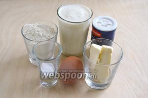 Подготовьте ингредиенты для теста: муку, кефир или мацони, соль, яйца, соду и сливочное масло. Если вы хотите приготовить постный вариант, замените сливочное масло на растительное.