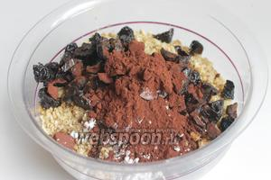 Добавляем изюм, чернослив, орех, какао, сахарную пудру.