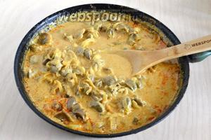 Немного убавьте огонь и тушите минут 15. Куриные желудочки по-тайски готовы, подавайте их в горячем виде с отварным рисом и зеленью кинзы или зелёного базилика. Приятного аппетита!