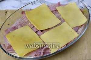 На ветчину кладём нарезанный сыр, можно его натереть на тёрке.