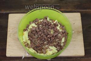 Приготовим начинку. Картофель промоем и очистим. Опускаем в кипящую подсоленную воду и варим до готовности. Одновременно очищаем луковицу, мелко нарезаем, обжариваем на подсолнечном масле до мягкости, добавляем мясной фарш и обжариваем до готовности. Солим и перчим по вкусу. Картошка сварилась. Сливаем воду и разминаем картофелемялкой. В подходящей посуде соединяем картофельное пюре и обжаренный мясной фарш.