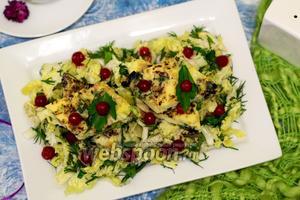 Омлет с грибами, луком-пореем и имбирём на салатной подушке
