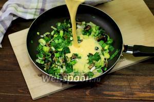 Заливаем обжаренные ингредиенты яичной смесью.