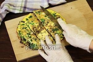 Наш омлет готов. Нарезаем на порционные кусочки, как вам больше нравится.