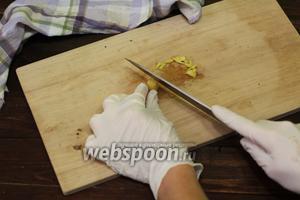 Имбирь очищаем от кожицы, нарезаем мелкими кусочками.