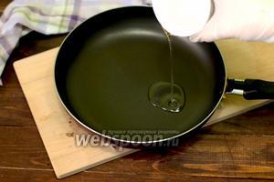 И вот начинаем самый основной процесс. На сковороду наливаем оливковое масло.