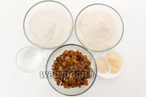 Для приготовления нам понадобятся соль, сахар, изюм, мука цельнозерновая, мука ржаная, вода, дрожжи, оливковое масло.