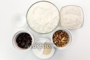 Для приготовления нам понадобятся соль, мёд, мука ржаная, мука пшеничная, вода, орехи, вяленая вишня, дрожжи.