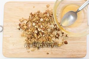 Воду подогреем (я это делаю в микроволновке), добавим туда мёд, хорошо размешаем. Орехи нарежем мелко.