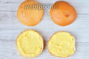 Булочки разрезаем на 2 части, как на фотографии. Смазываем одну из частей сырным соусом.