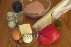 Для приготовления фрикаделек в тесте нам понадобится слоёное тесто, куриное филе, лук репчатый, куриное яйцо, сыр, сладкий перец, растительное масло, соль, молотый чёрный перец и мускатный орех.