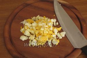 Оставшееся яйцо сварить и мелко нарезать.
