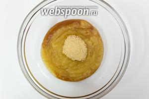 Смешаем пюре и сахар. Я добавила ещё чуть сливового пюре, потому как яблочного оказалось маловато. Перемешаем.