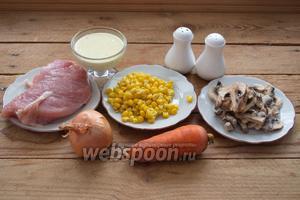 Для приготовления салата нам нужно индюшиное филе, шампиньоны свежие или замороженные, соль, перец, лук репчатый, морковь, майонез домашний, кукуруза консервированная, растительное масло для жарки.