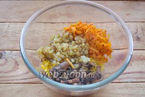 В миску поместите кукурузу, обжаренные лук и морковь, На той же сковороде обжарьте шампиньоны до мягкости. Во время жарки посолите и поперчите. Добавьте шампиньоны к остальным продуктам салата.
