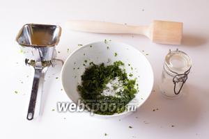 Любым привычным способом измельчаем зелень, солим и толчём её вместе с маслом. Масло и соль способствуют усилению выделения зелёного пигмента.
