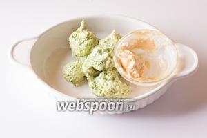 Зеленую и телесную сырную массу ставим в морозилку, на то время, которое мы будем готовить остальные ингредиенты.