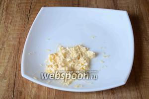 Твёрдый сыр натереть на мелкой тёрке, соединить сыр с майонезом, перемешать в однородную массу.