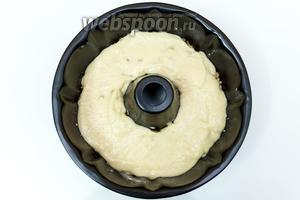 Форму смажем маслом и присыпем мукой. Выкладываем 1/3 часть теста, поверх него — половину ореховой прослойки. Затем — 1/3 теста, оставшуюся половину орехов и закрываем тестом. Выпекаем в разогретой до 175°C духовке около 1 часа.
