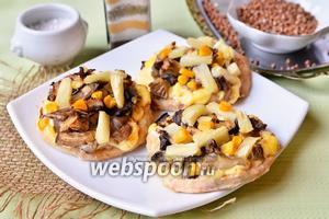 Куриные медальоны с ананасами, грибами и кукурузой