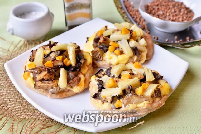 Фото Куриные медальоны с ананасами, грибами и кукурузой