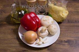 Для приготовления блюда возьмите сладкие перцы, грибы, лук репчатый, чеснок, кускус, соль и перец по вкусу.