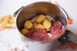 Мясо уложить поверх слоя овощей.